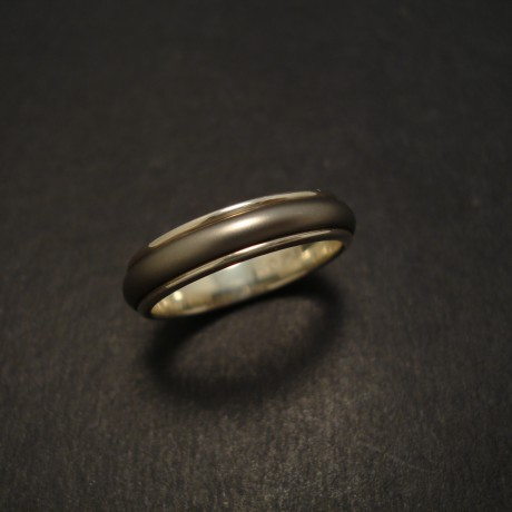 ridged-two-tone-mans-ring-titanium-gold-07468.jpg