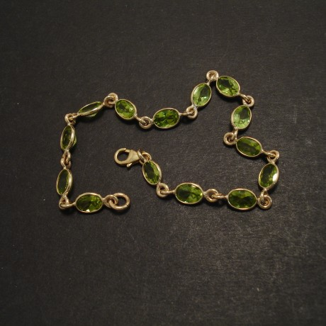 peridot-linked-9ctgold-bezel-bracelet-07785.jpg