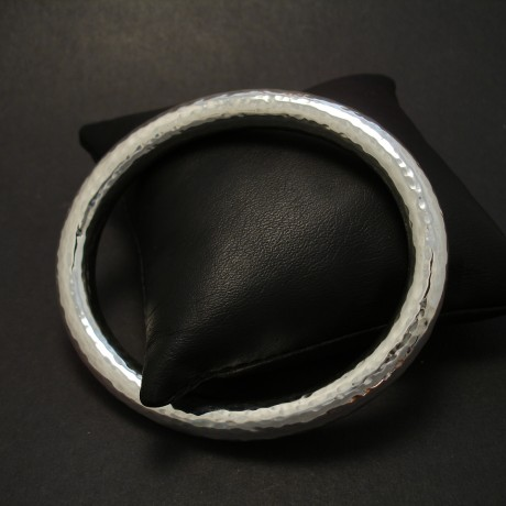 hand-hammered-silver-rdhollow-bangle-08185.jpg