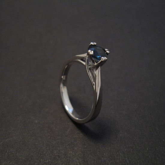classic-elegance-sapphire-solitaire-whitegold-engagement-ring-08037.jpg