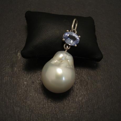 sapphire-light-blue-18ctwhite-gold-pendant-baroque-pearl-08897.jpg