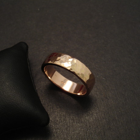 hammered-mens-18ctrose-gold-wedding-band-09727.jpg