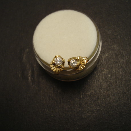 17ct-diamonds-4claw-18ctgold-earstuds-09657.jpg