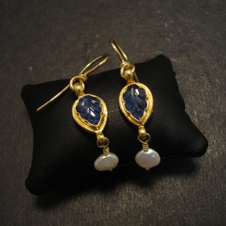 carved-sapphire-pearl-18ctgold-eardrops-09955.jpg