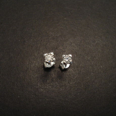 diamond-claw-set-9ctwhite-gold-earstuds-06373.jpg