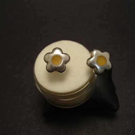 inlaid-baltic-amber-silver-buttercup-earstuds-00320.jpg