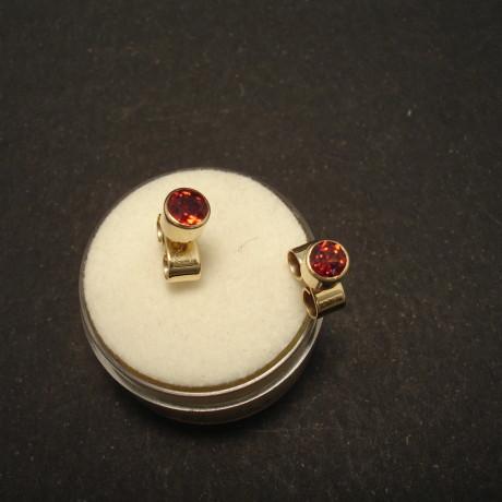 4mm-cut-round-garnets-9ctgold-earstuds-01529.jpg