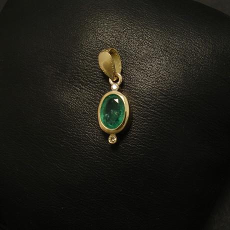 72ct-emerald-7x5oval-18ctgold-pendant-2x1pts-01739.jpg