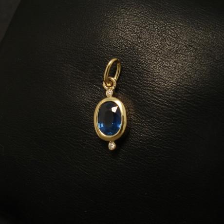98ct-sapphire-7x5-diamonds18ctgold-pendant-01738.jpg