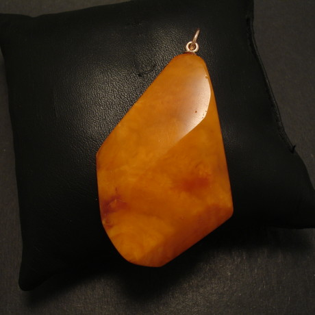 geometric-shapes-1930s-bscotch-amber-pendant-09866.jpg