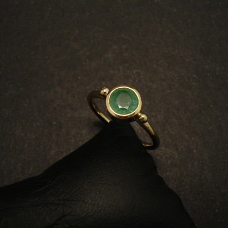 85ct-emerald-18ctgold-hmade-ring-01931.jpg