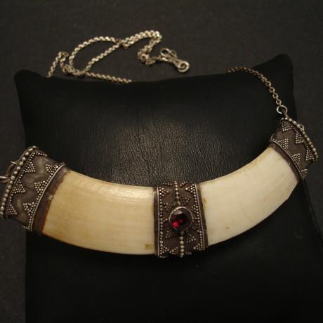 silver-mounted-boar-tusk-pendant-01937.jpg
