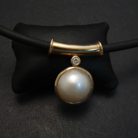12mm-japanese-mabe-pearl-diamond-9ctgold-neoprene-necklace-06793.jpg
