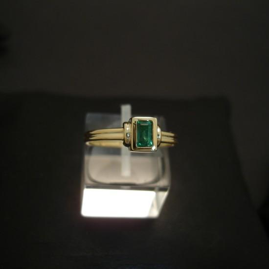 characteristic-deep-green-emerald-baguette-18ctgold-ring-03877.jpg