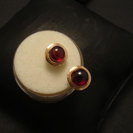 6mm-round-cab-garnet-9ygold-earstuds-02648.jpg