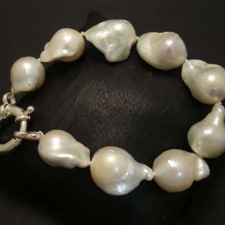lustrous-white-baroque-pearl-bracelet-04195.jpg