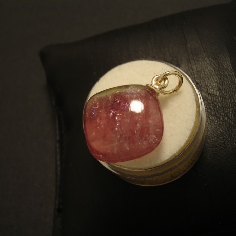2285ct-pink-tourmaline-cushion-9ctgold-pendant-02657.jpg