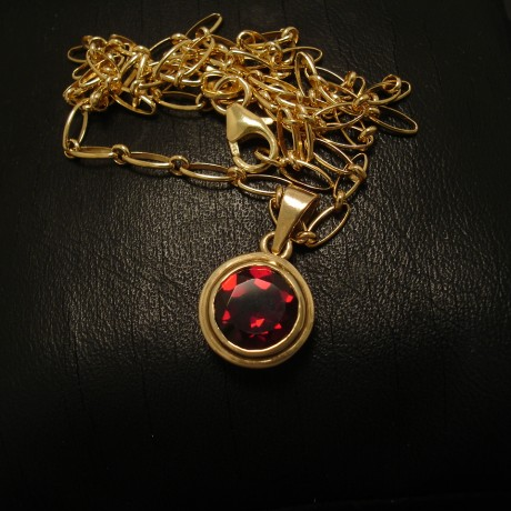 8mm-facetted-bright-garnet-9ctgold-pendant-02496.jpg