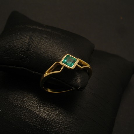 clear-bright-colubian-emerald-square-18ctgold-rin02592.jpg