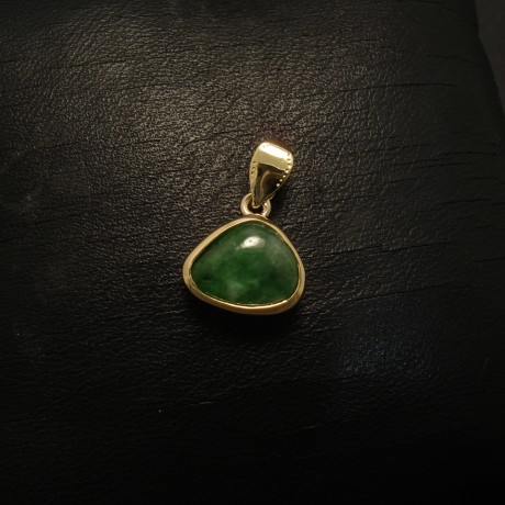 natural-cool-green-burmese-jade-18ctgold-pendant-02585.jpg