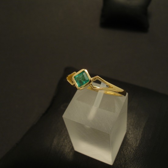 square-bright-columbian-emerald-18ctgold-split-shank-ring-02872.jpg