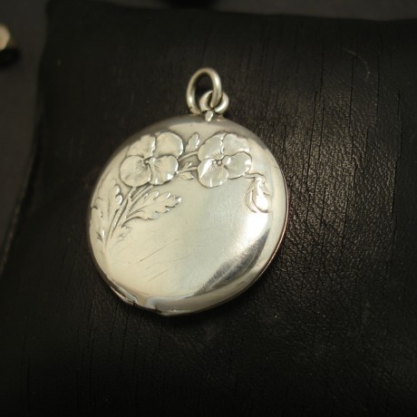 french-floral-embossed-antique-silver-round-locket-03630.j[pg