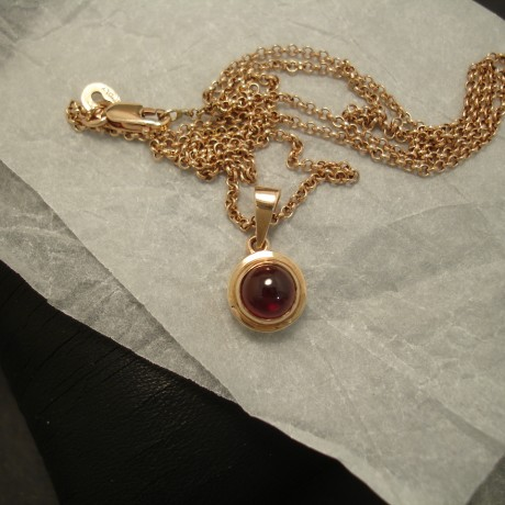 compact-9ct-gold-pendant-6mm-cabochon-garnet-03640.jpg
