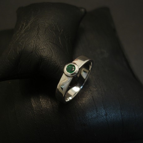 neat-solid-9ctwhite-gold-ring-emerald-03602.jpg