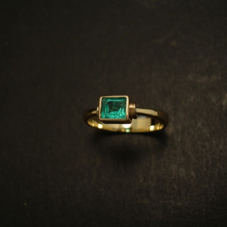 vivid-green-47ct-col-emerald-18ctgold-hmade-ring-03579.jpg