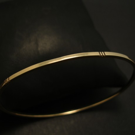 notched-handmade-9ctgold-oval-bangle-03911.jpg