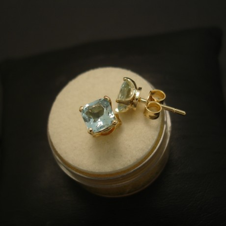 agrade-cushion-cut-aquamarines-18ctgold-earstuds-04037.jpg