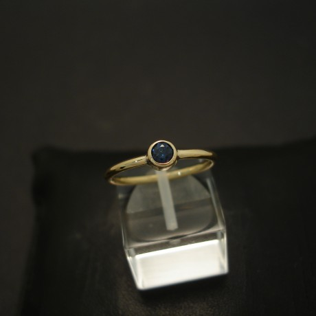 solid-blue-small-sapphire-18ctgold-hmade-ring-04293.jpg