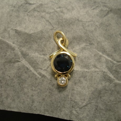 agrade-inverell-blue-sapphire-diamond-18ctgold-pendant-04867.jpg