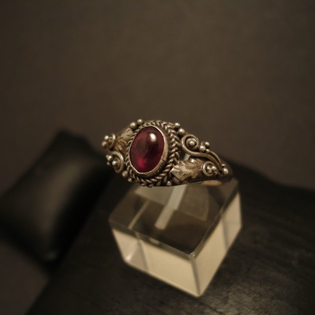 handcrafted-victorian-style-silver-ring-garnet-cab-05149.jpg