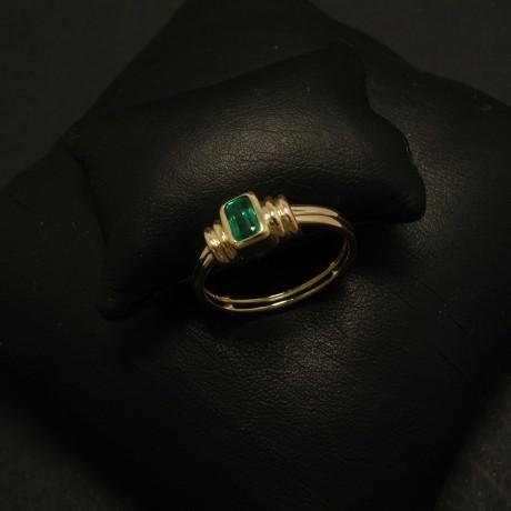 superb-deep-green-emarald-baguette-18ctgold-ring-02372.jpg