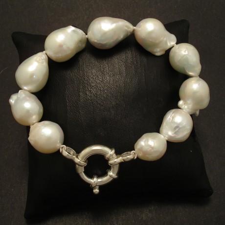 lustrous-white-baroque-pearl-bracelet-02819.jpg