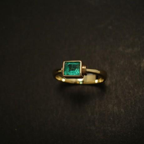 vivid-green-47ct-col-emerald-18ctgold-hmade-ring-03579.jpg