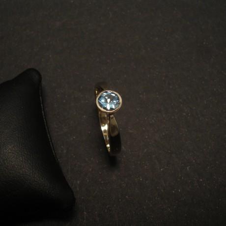 bright-agrade-aquamarine-86ctround-9ctwhite-gold-ring-01518.jpg
