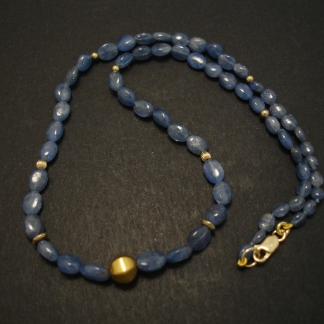 shimmering-sapphire-bead-necklace-18ct-gold-03765.jpg