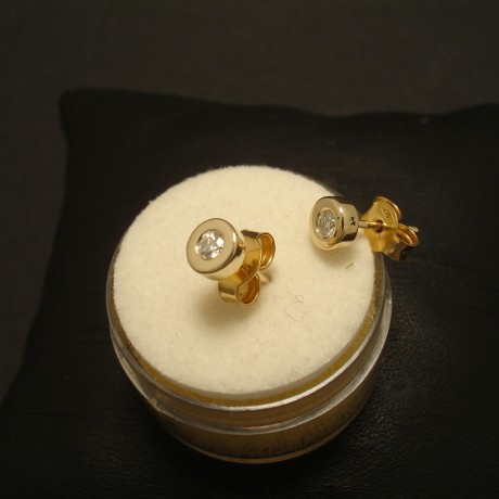 proper-white-diamonds-.16ct-9ctgold-earstuds-02335.jpg