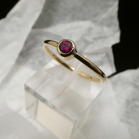 3mm-.14ct-red-ruby-18ctgold-ring-00554.jpg